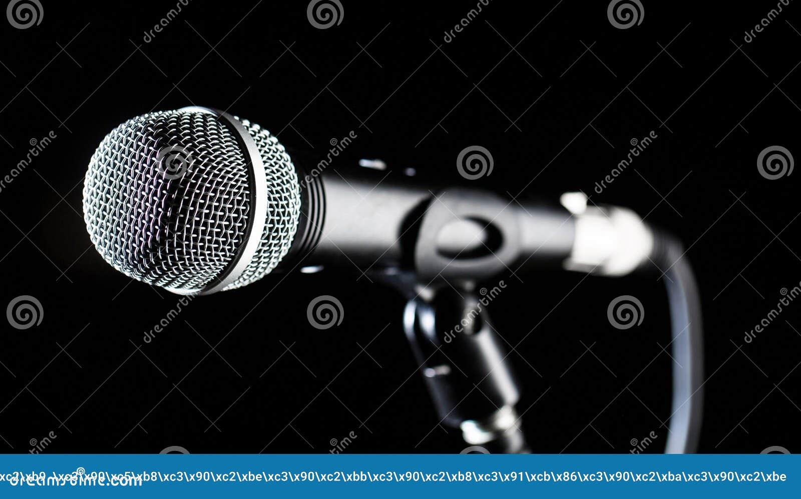 Microfone, mic, karaoke, concerto, música da voz Mic audio vocal em um fundo do bleck Cantor nos karaokes, microfones