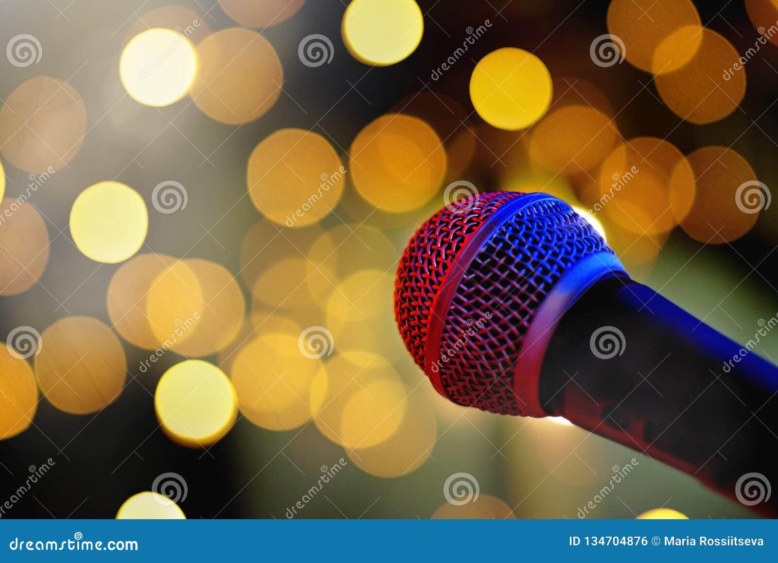 Microfone na fase com luzes do bokeh