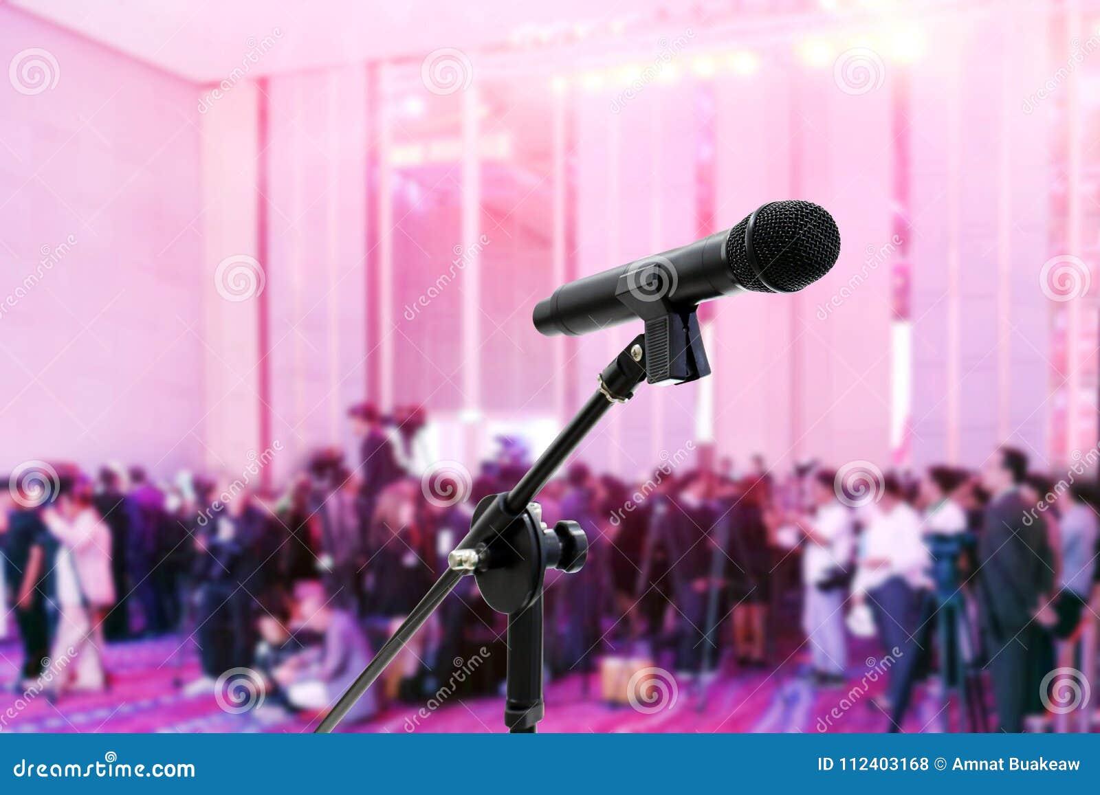 Microfone próximo acima Blurred muitos povos, repórter, seminário dos mass media em vagabundos grandes da conferência do salão do