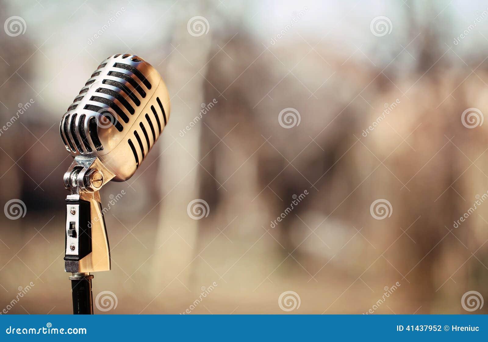 Microfono d annata d argento nello studio su fondo all aperto