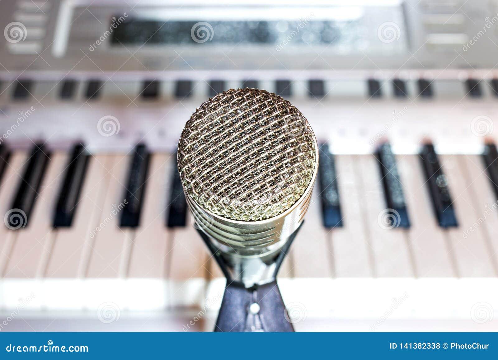 Microfono d argento sul primo piano dello scaffale