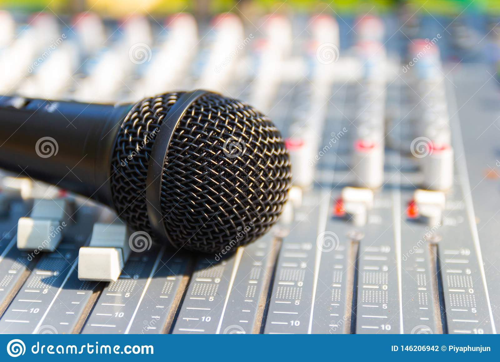 Microfoon bij het Mengen van Console van een groot Hifisysteem