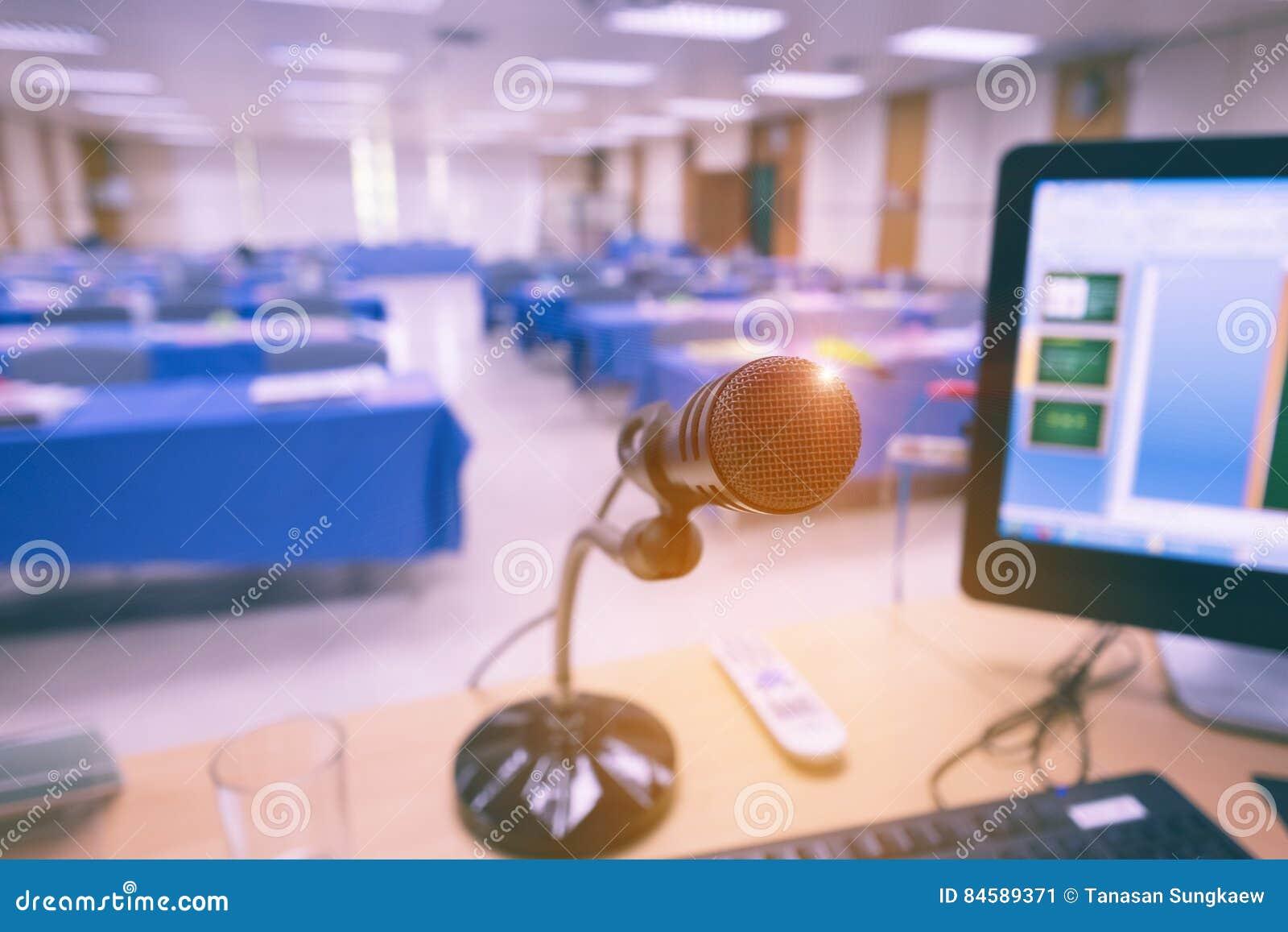 Microfoon op de lijst met computer in seminarieruimte