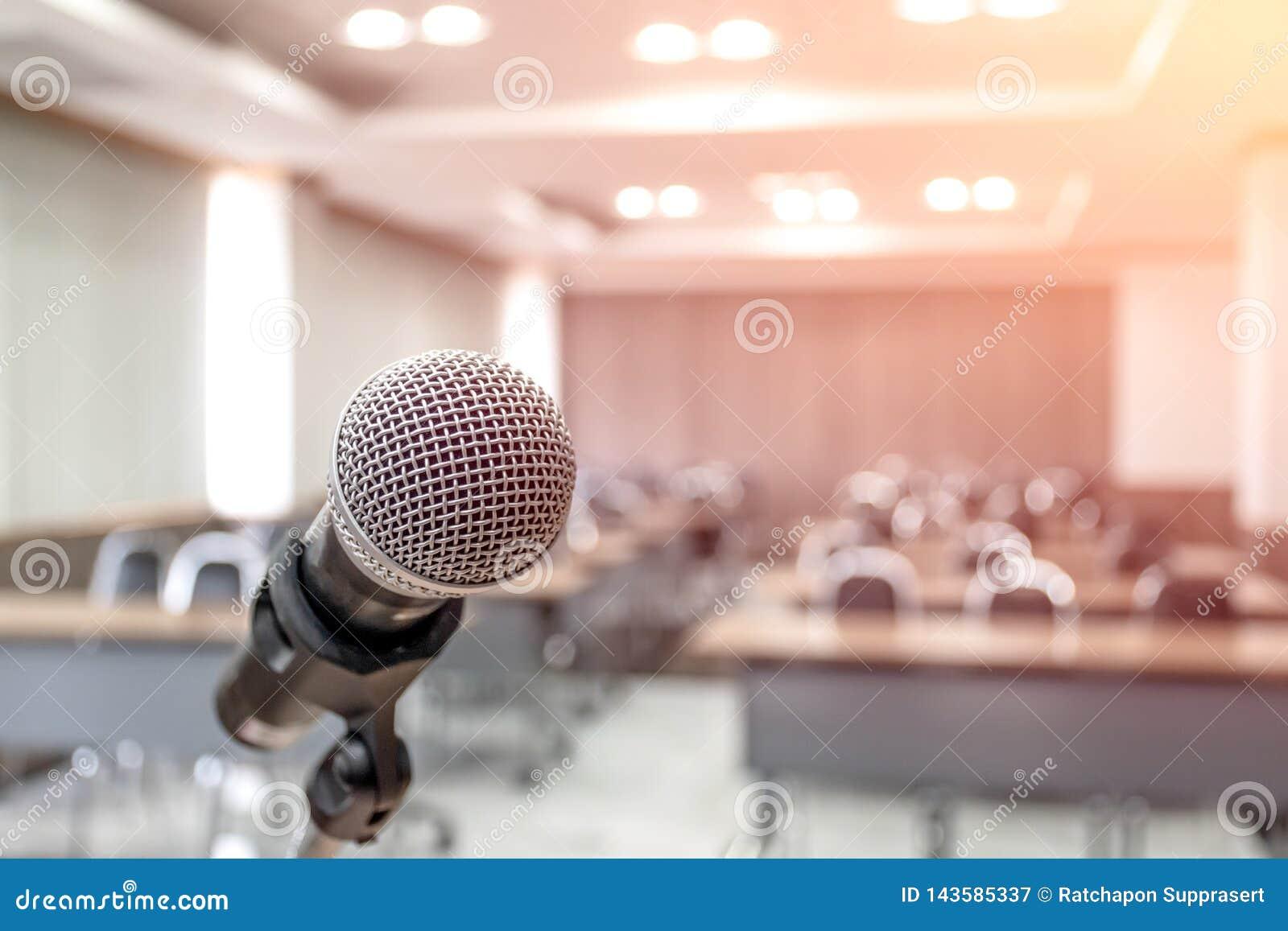Microfoon op samenvatting vaag van toespraak in seminarieruimte