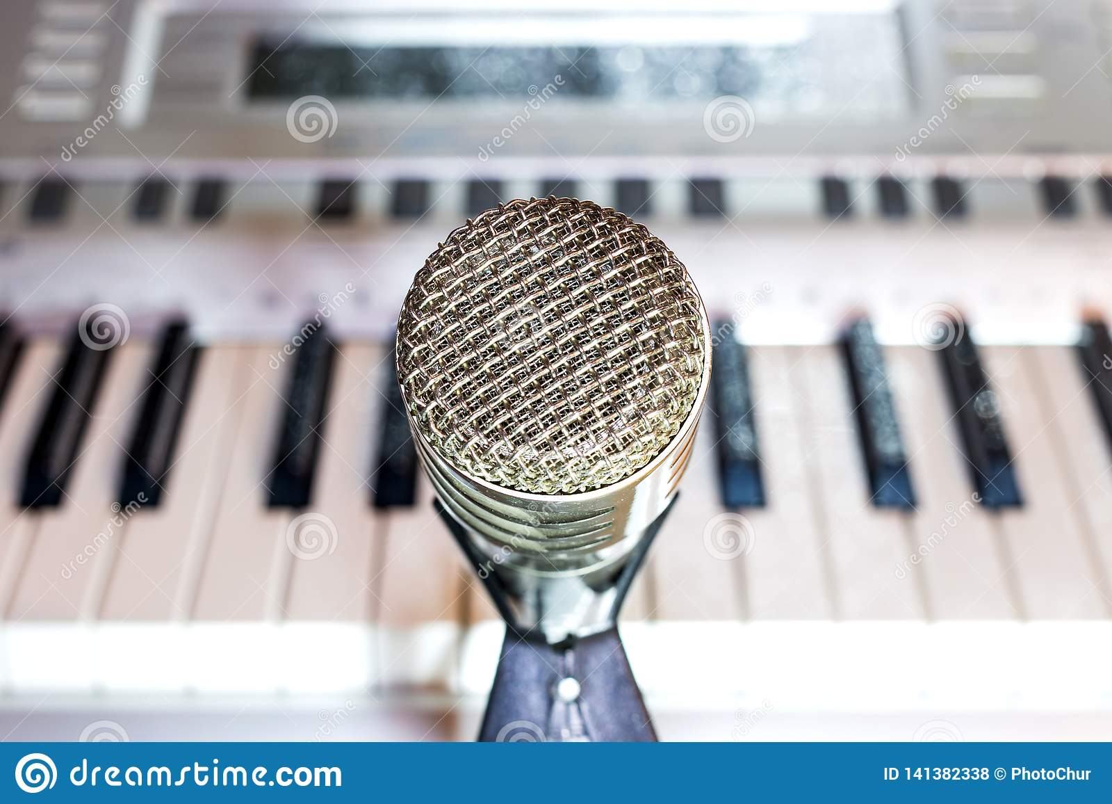 Microphone argenté sur le plan rapproché de support