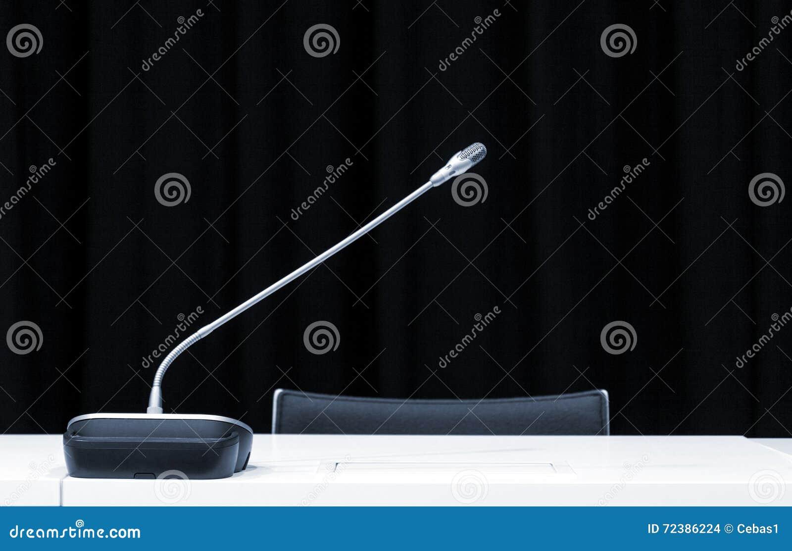 Microphone dans la pièce de conférence de presse
