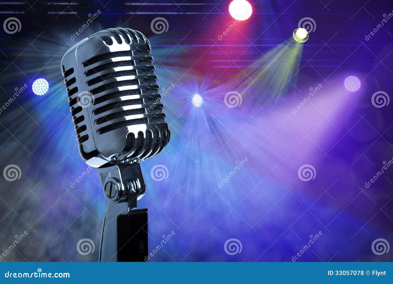 Microphone de vintage sur l étape
