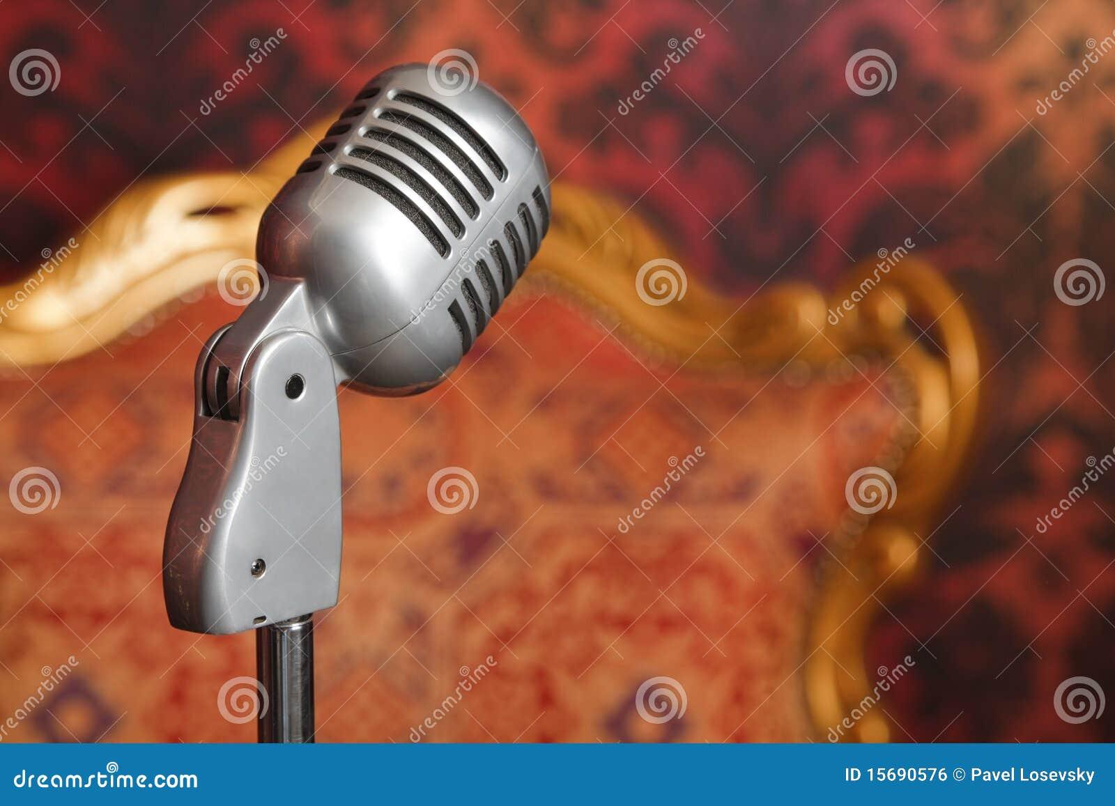 Microphone en métal de cru contre le papier peint