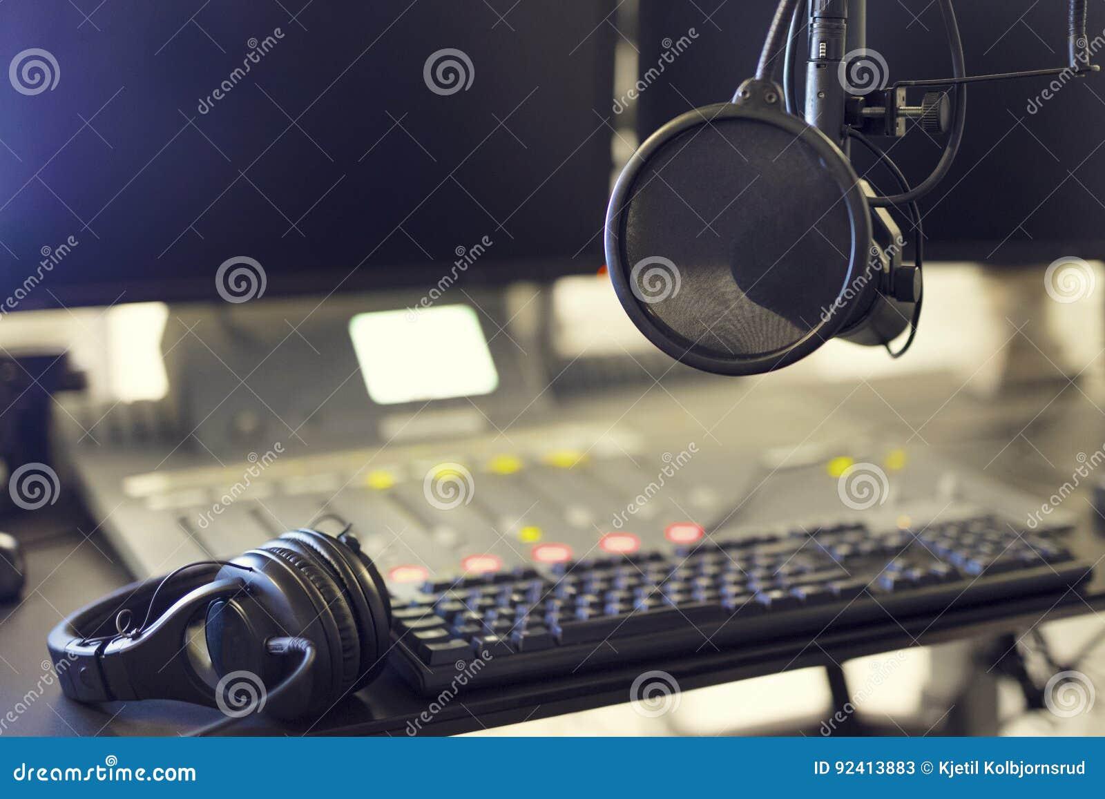 Microphone et casque dans le studio de radiodiffusion de station de radio