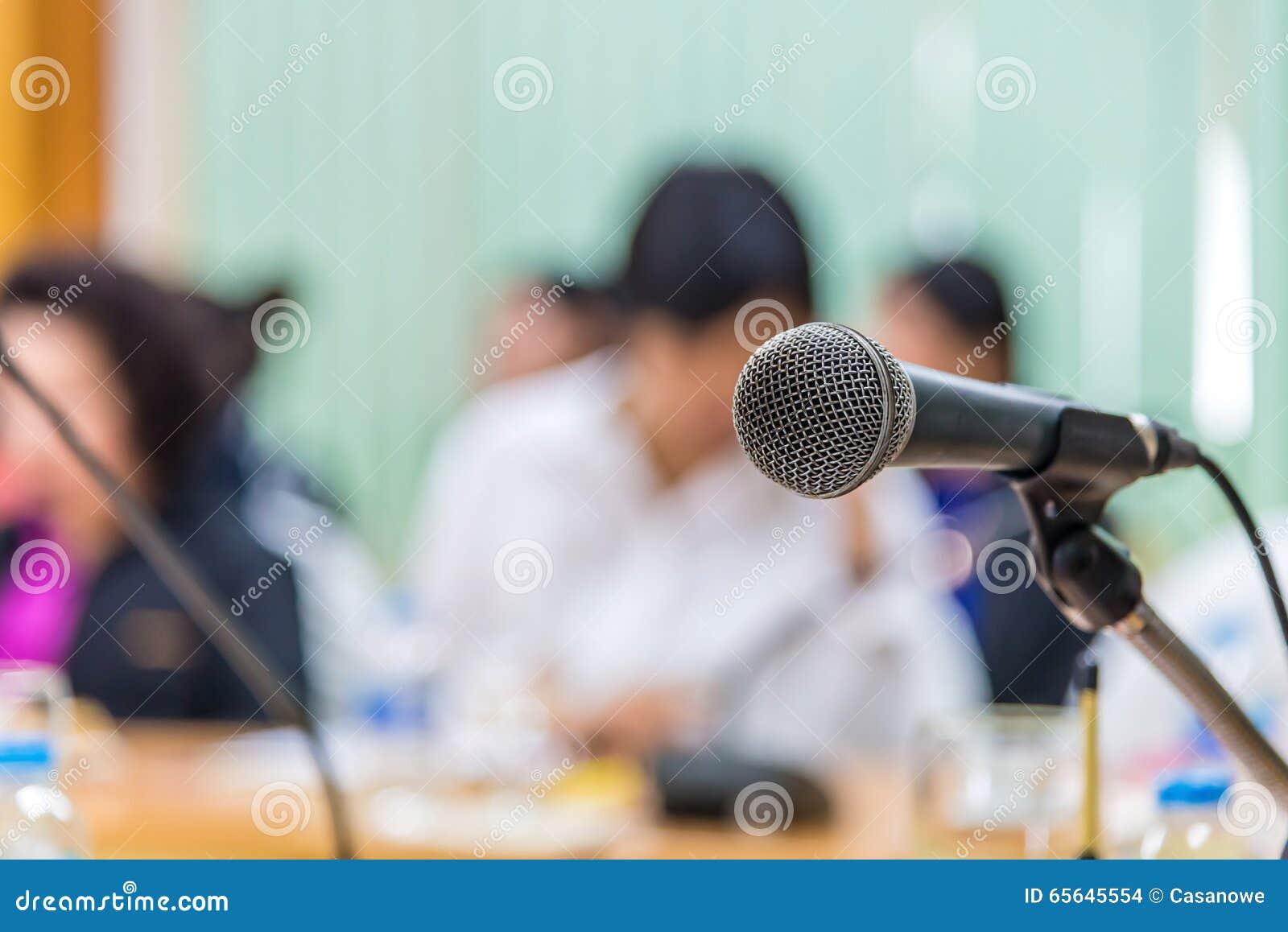 Microphones dans le lieu de réunion à la salle de conférences