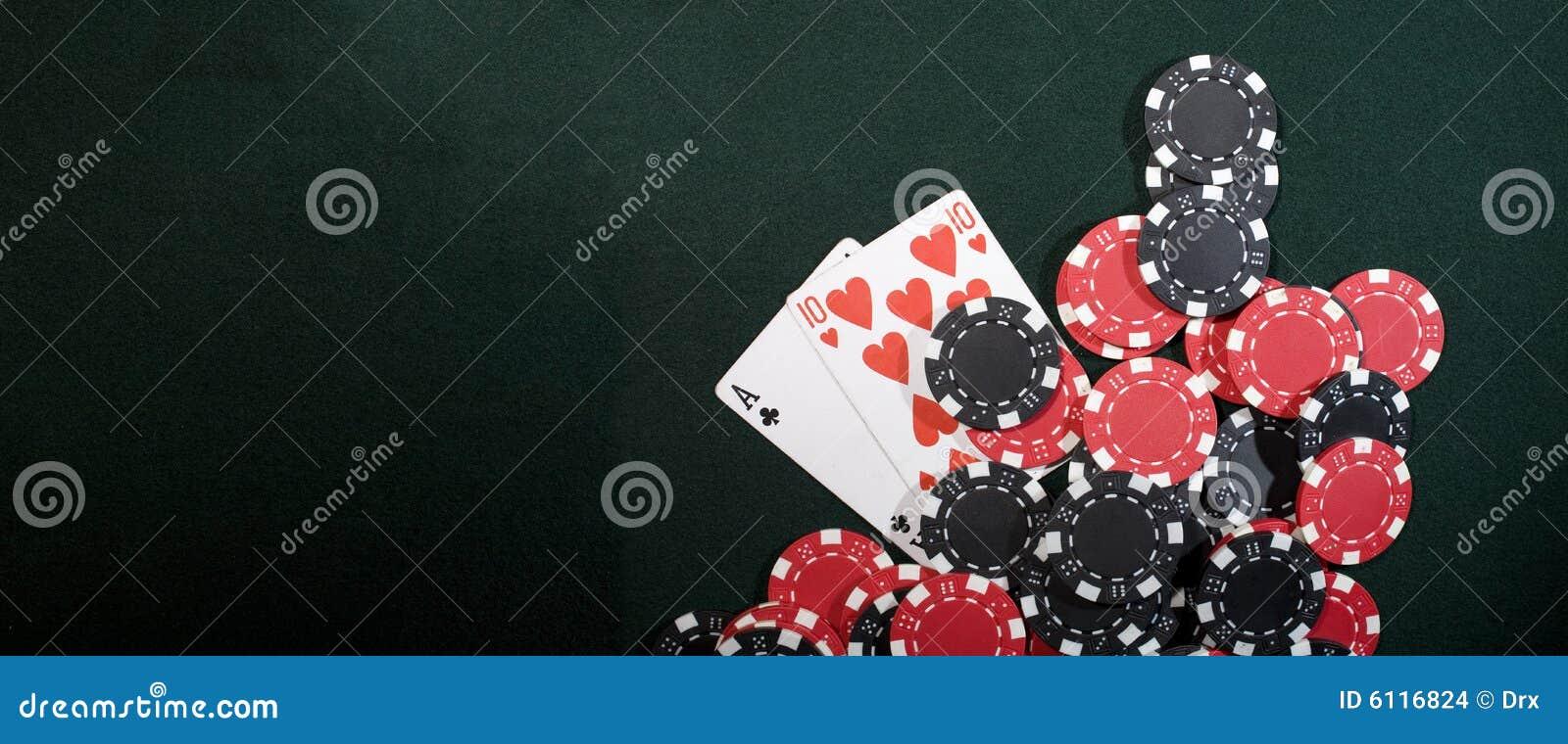 Microplaquetas do casino e cartões do póquer