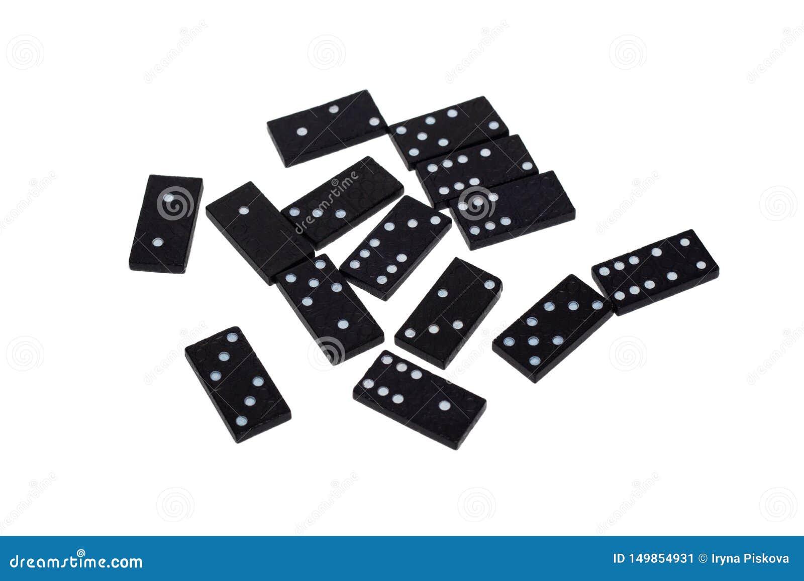 Microplaquetas do dominó com os números diferentes dispersados em um fundo branco isolate