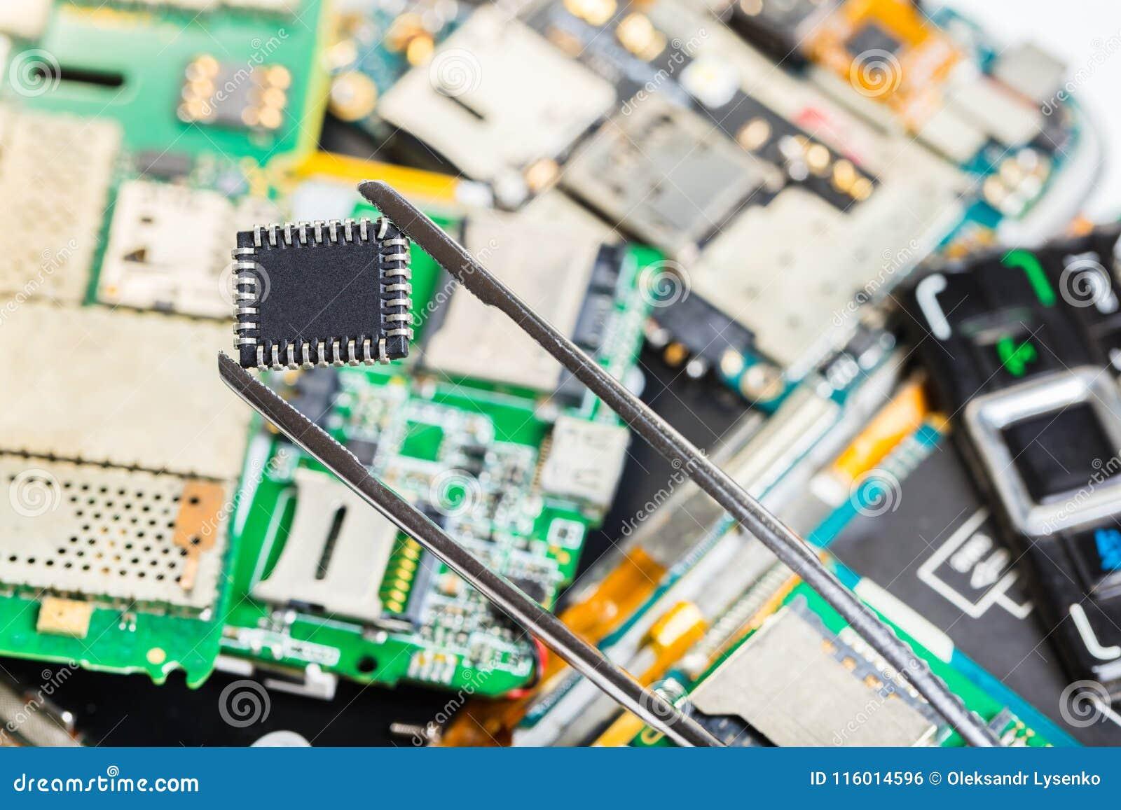 Microprocesador electrónico en pinzas