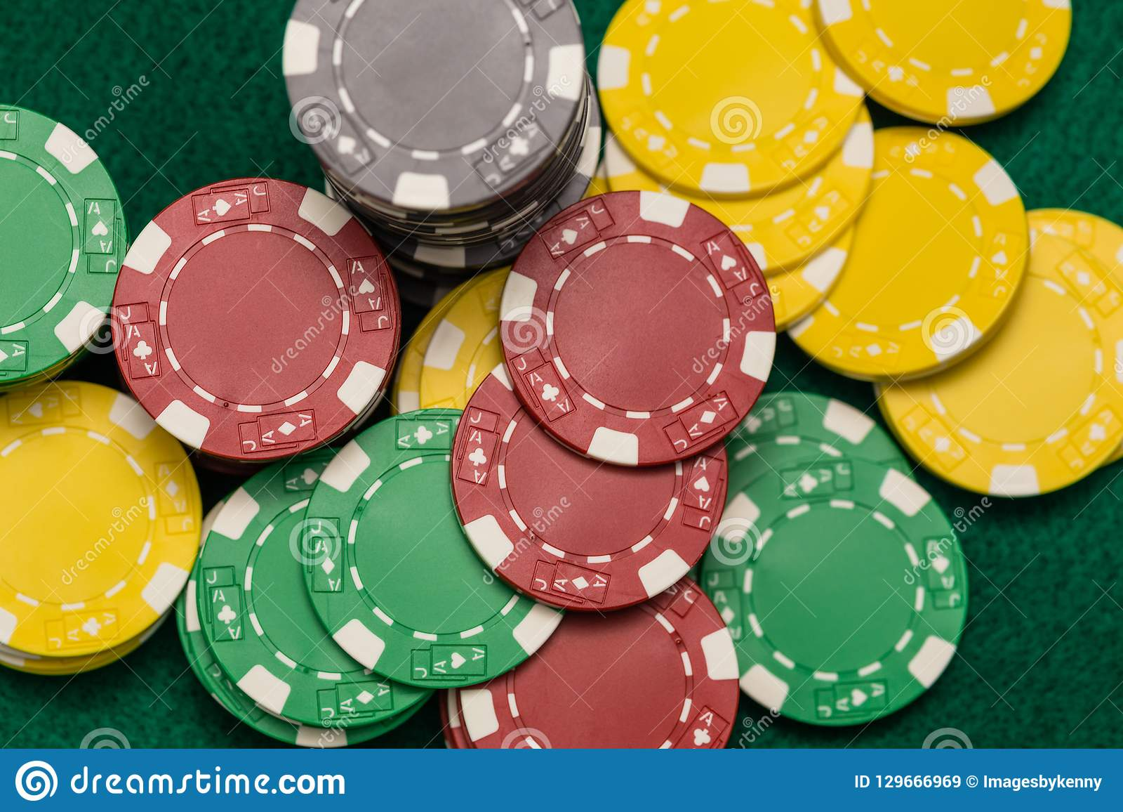 Microprocesadores del casino en la tabla verde