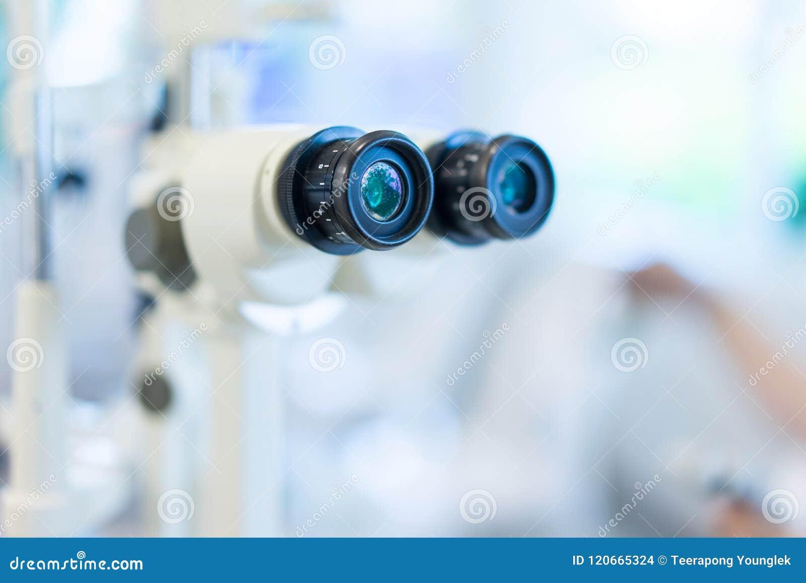 Microscópio em um laboratório de ciência para encontrar algo novo para o futuro