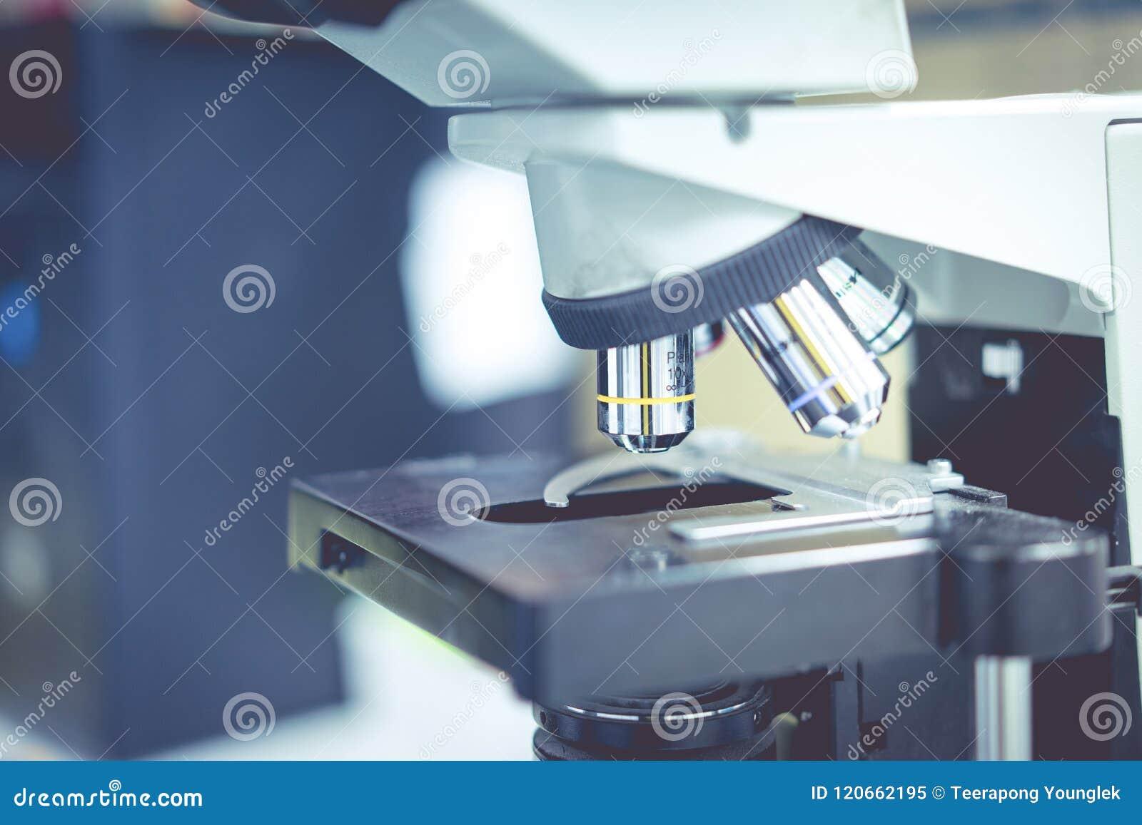 Microscoop in een wetenschapslaboratorium om iets speciaal te vinden