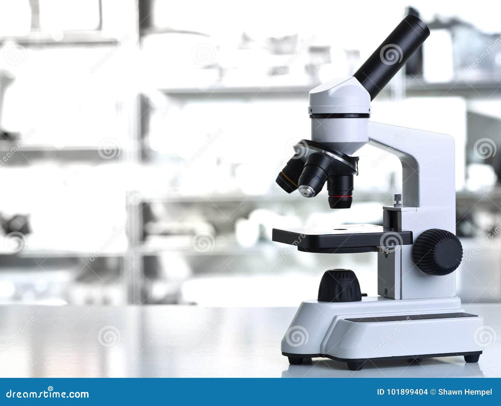 Microscope avec l échantillon dans le laboratoire