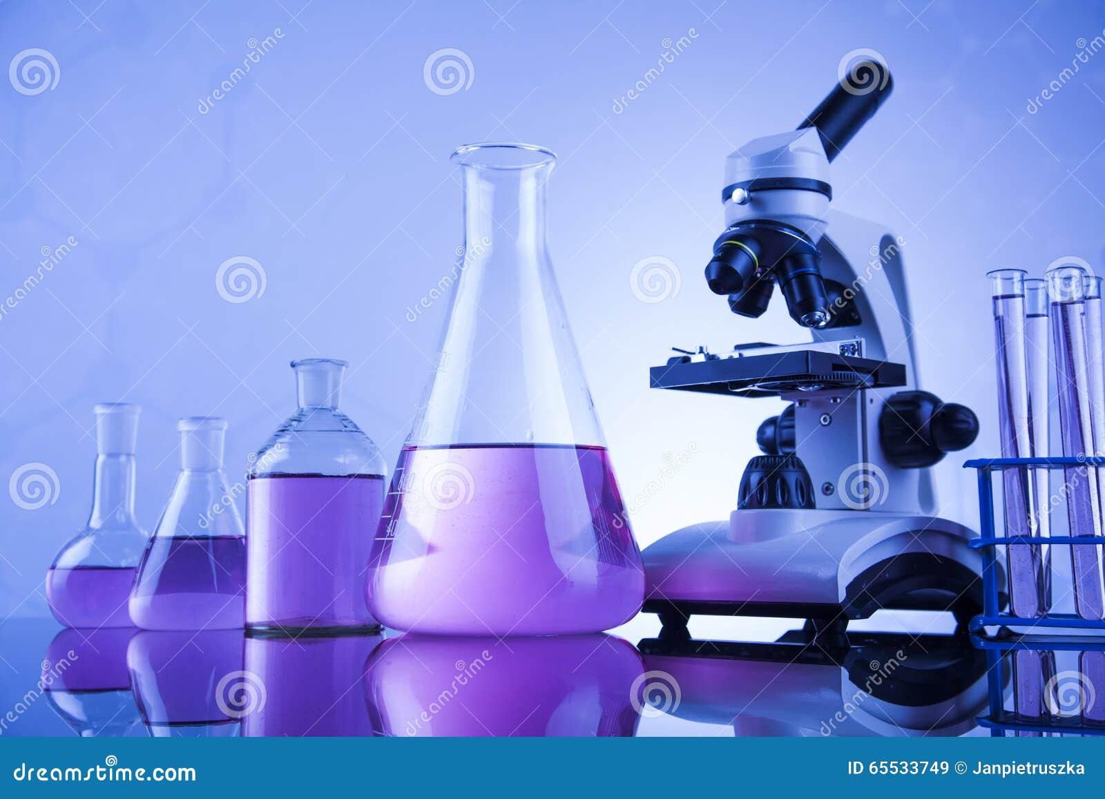 Microscope dans le laboratoire médical, la recherche et l expérience