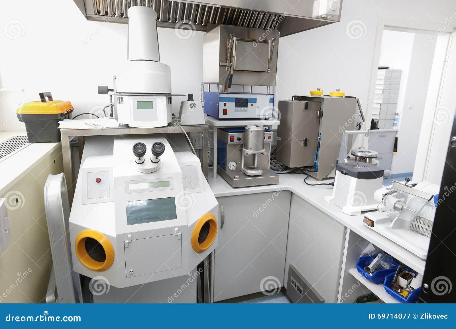 Microscope dentaire dans le laboratoire de pointe et moderne