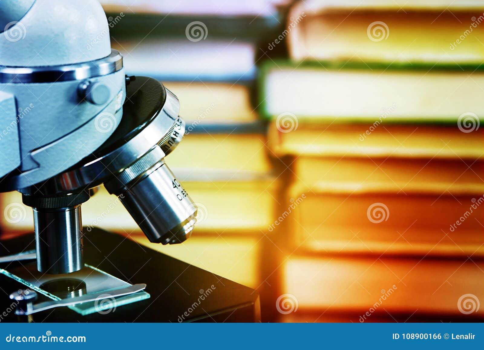Microscope sur un fond des livres