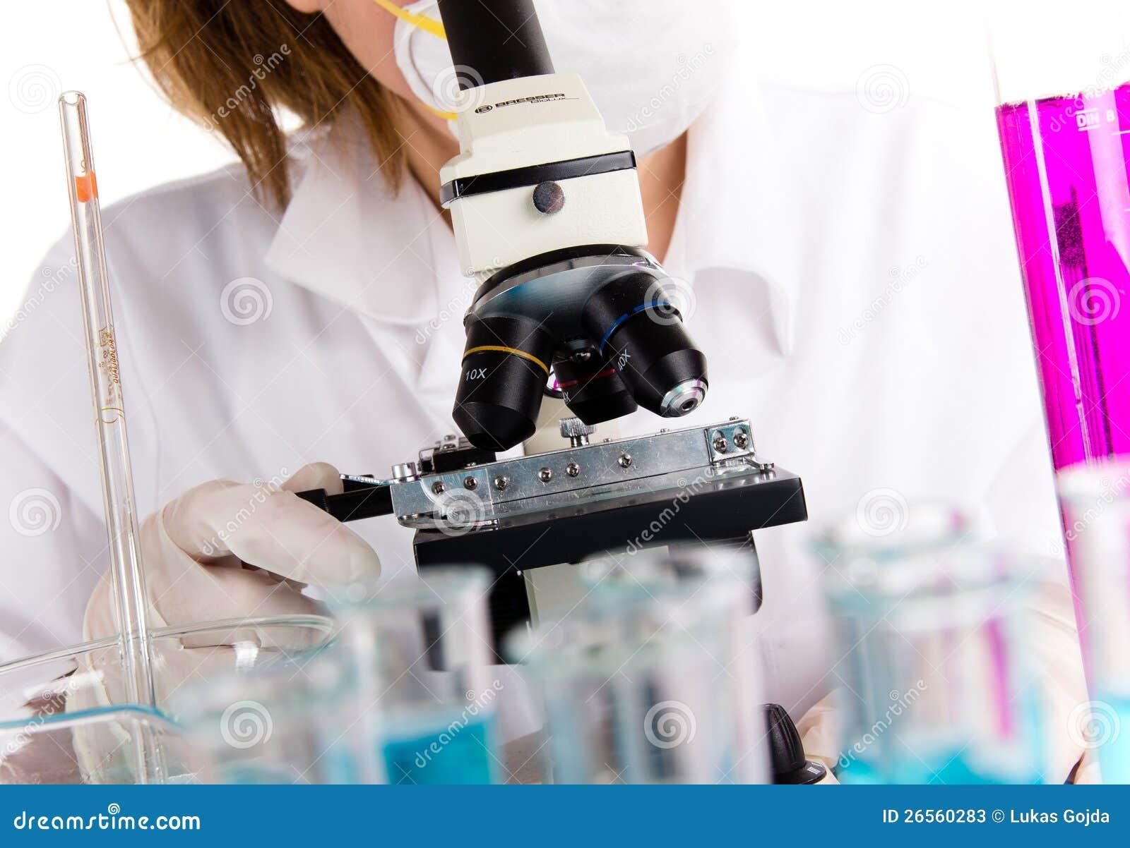 Microscopio moderno con el investigador de sexo femenino