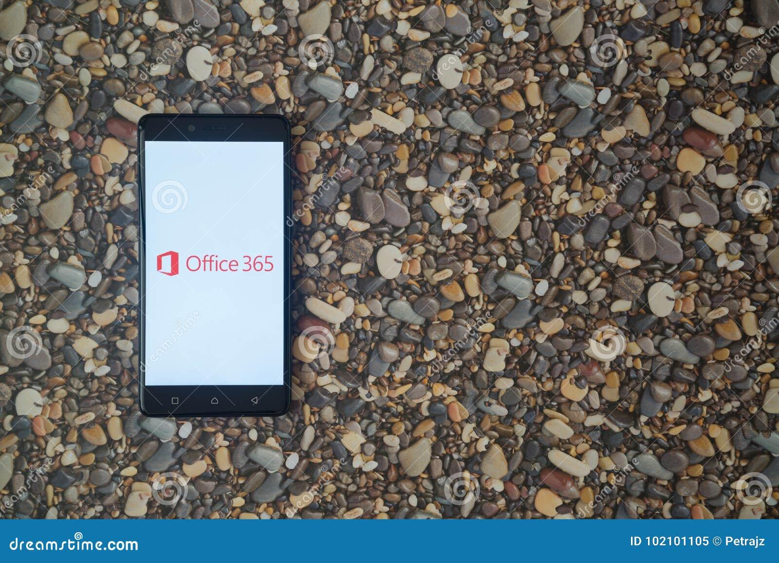 Microsoft Office 365 logo na smartphone na tle mali kamienie