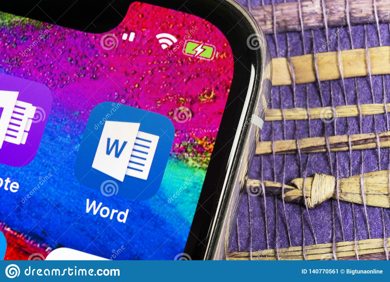 Microsoft słowa podaniowa ikona na Jabłczany X iPhone parawanowym zakończeniu Microsoft Office słowa ikona Microsoft Office na te