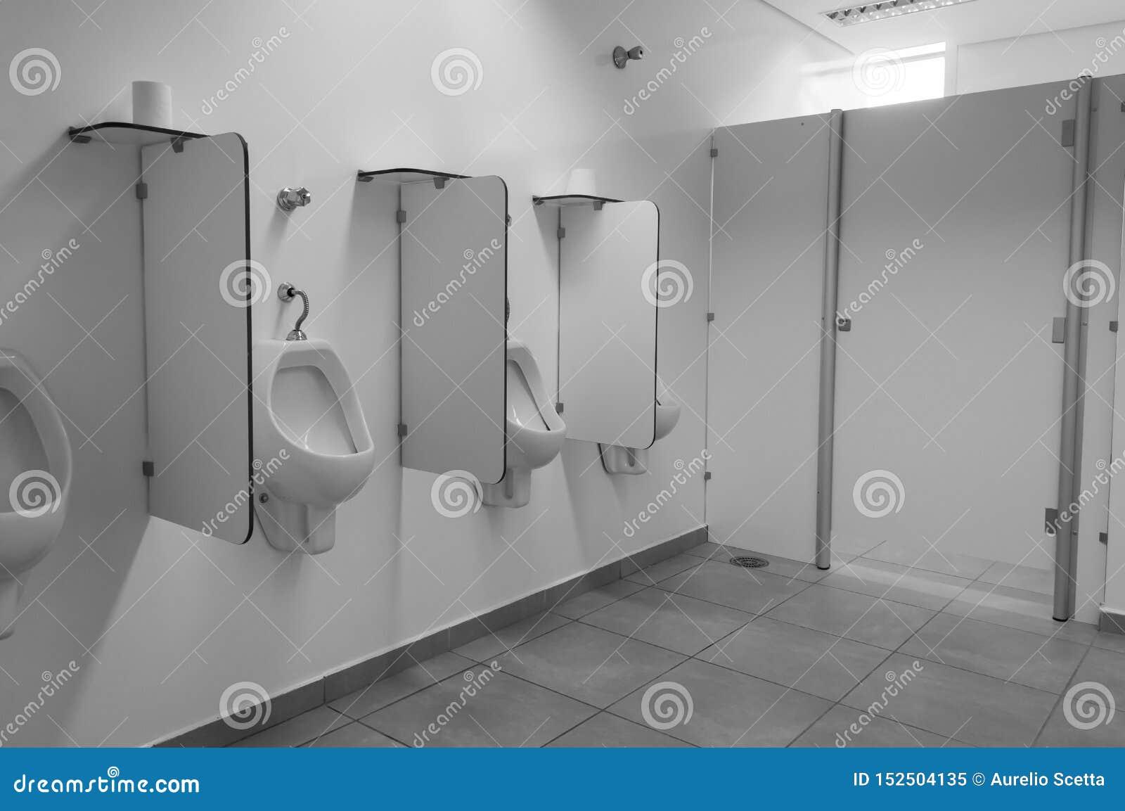 Mictório público limpo do toalete Banheiro em público que constrói