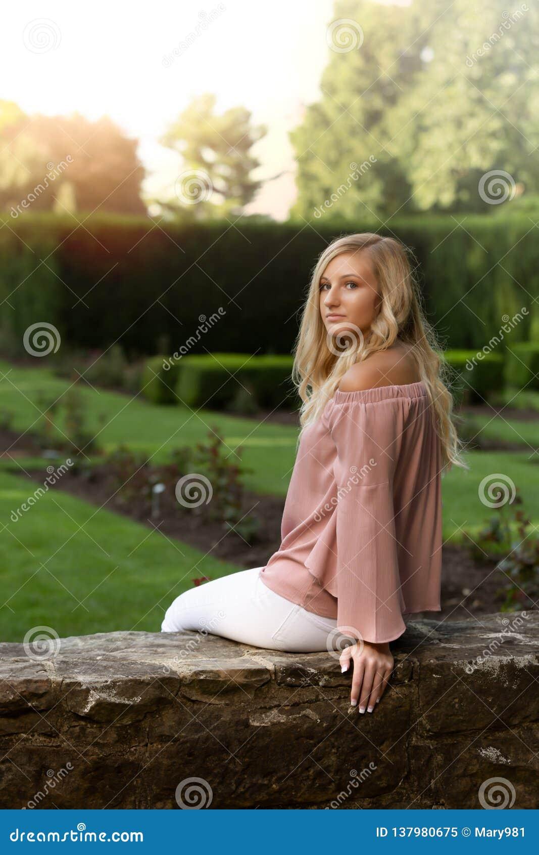 Middelbare school Hogere Foto van Blonde Kaukasisch Meisje in openlucht