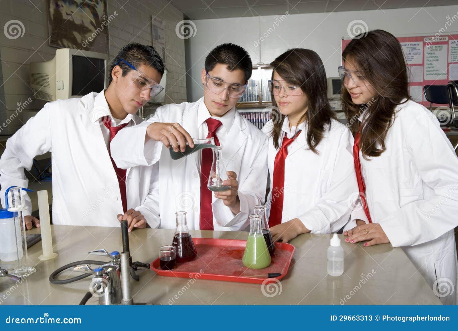 Middelbare schoolstudenten die Wetenschapsexperiment leiden