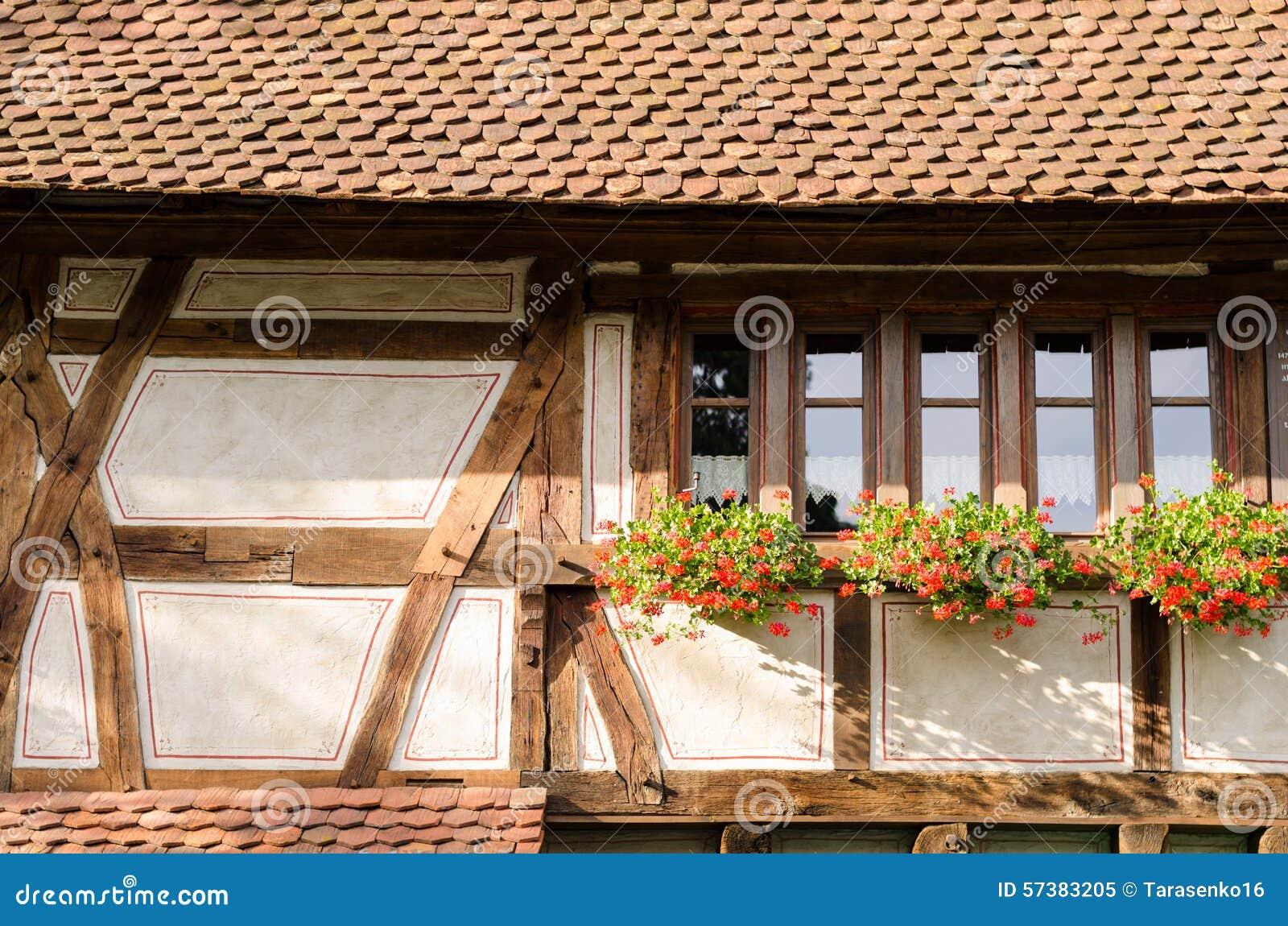 Middeleeuws huis met bloemen