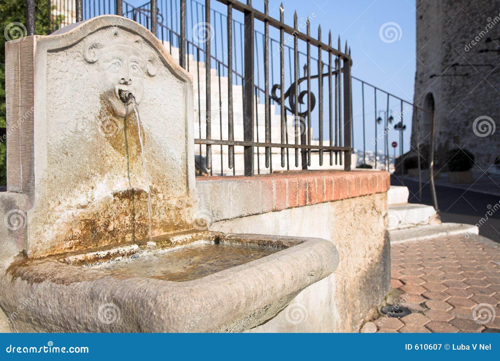 Middeleeuws kasteel in Cannes, het drinken fontein