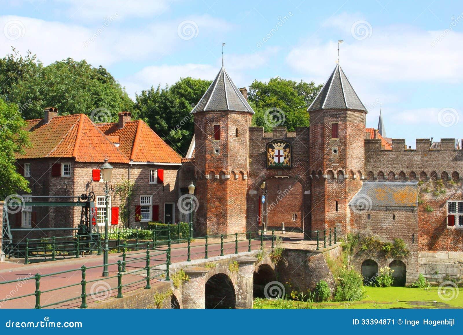 middeleeuwse stadsmuur langs de eem rivier in amersfoort
