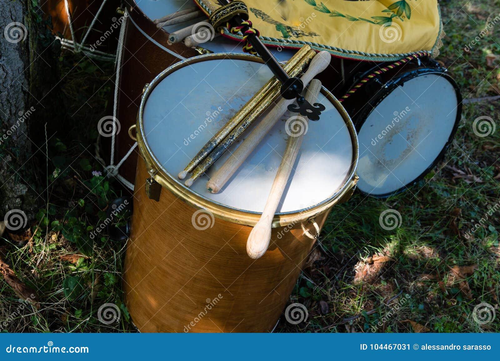 Middeleeuwse trommels tijdens het middeleeuws historisch weer invoeren
