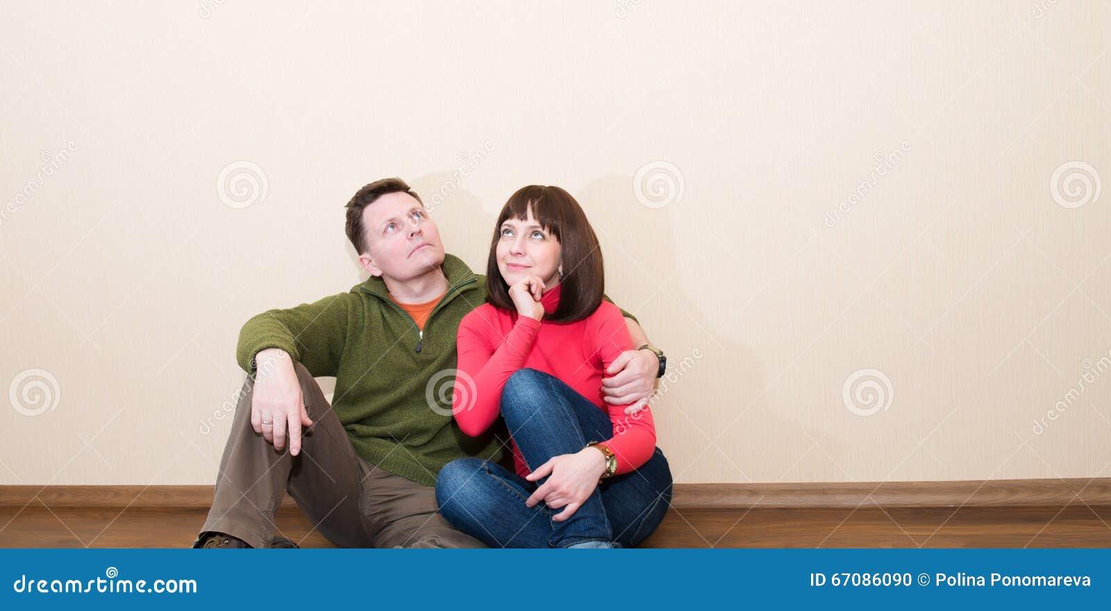 Midden oud paar in de nieuwe vlakte Het omhelzen van de mens en vrouw bij n