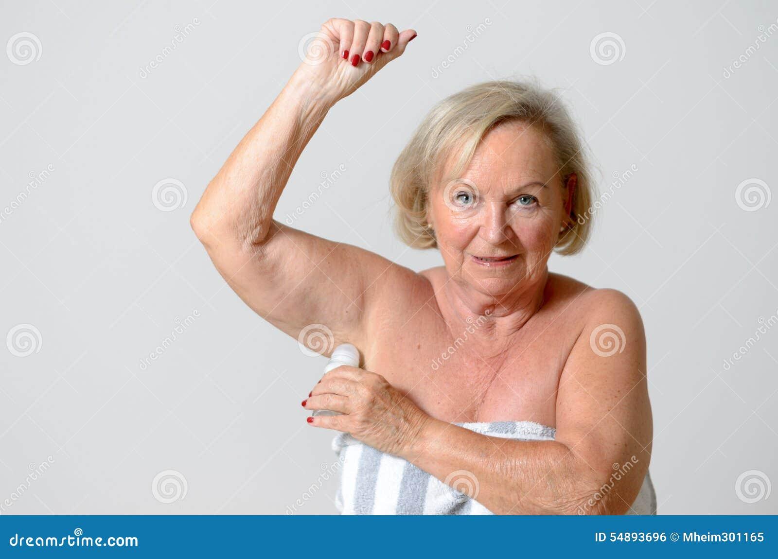 Midden Oude Dame Applying Deodorant op Oksel