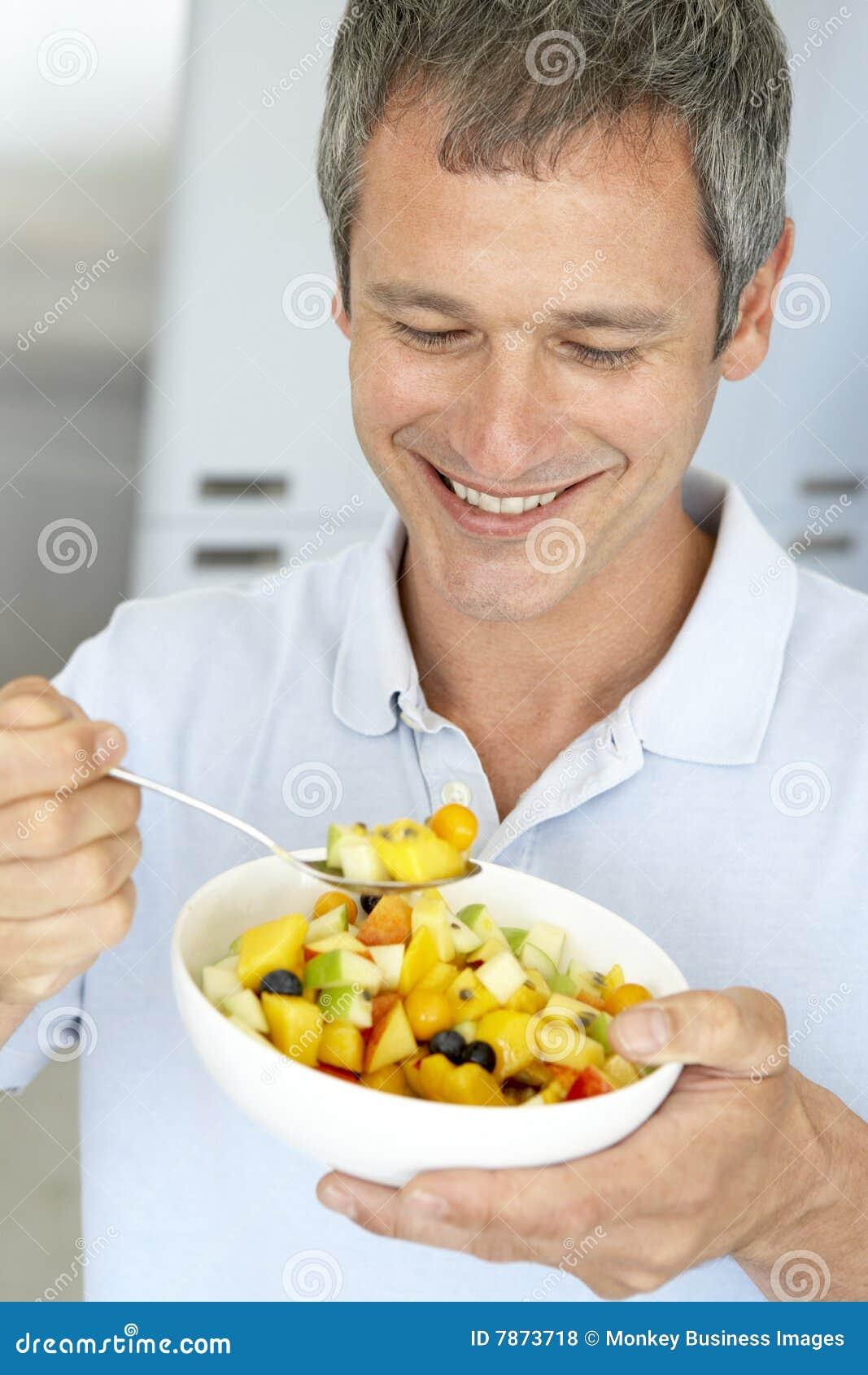 Midden Oude Mens die Verse Fruitsalade eet
