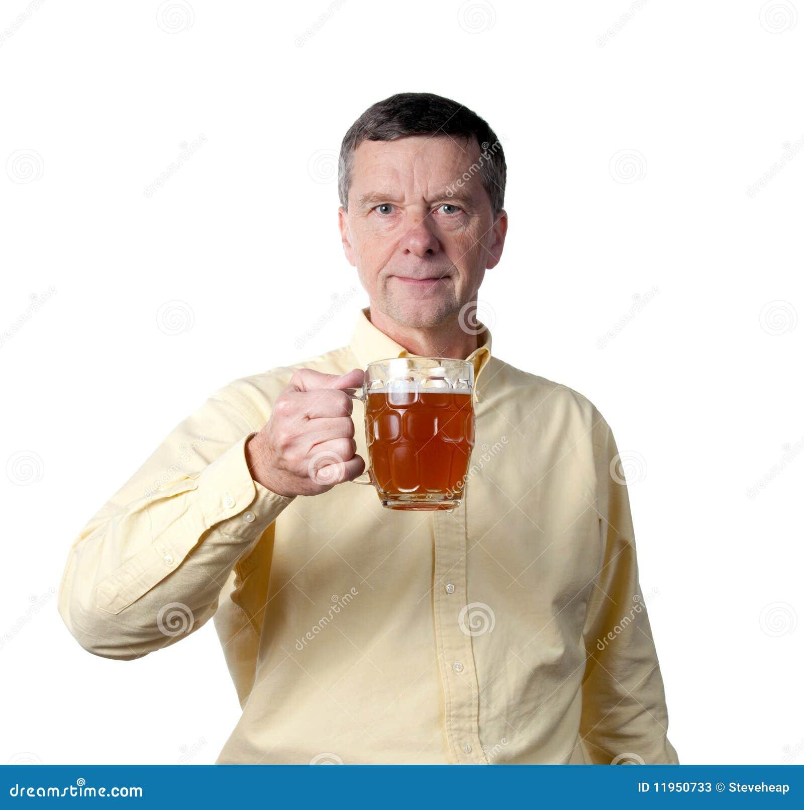 Midden oude mens met pint van bier