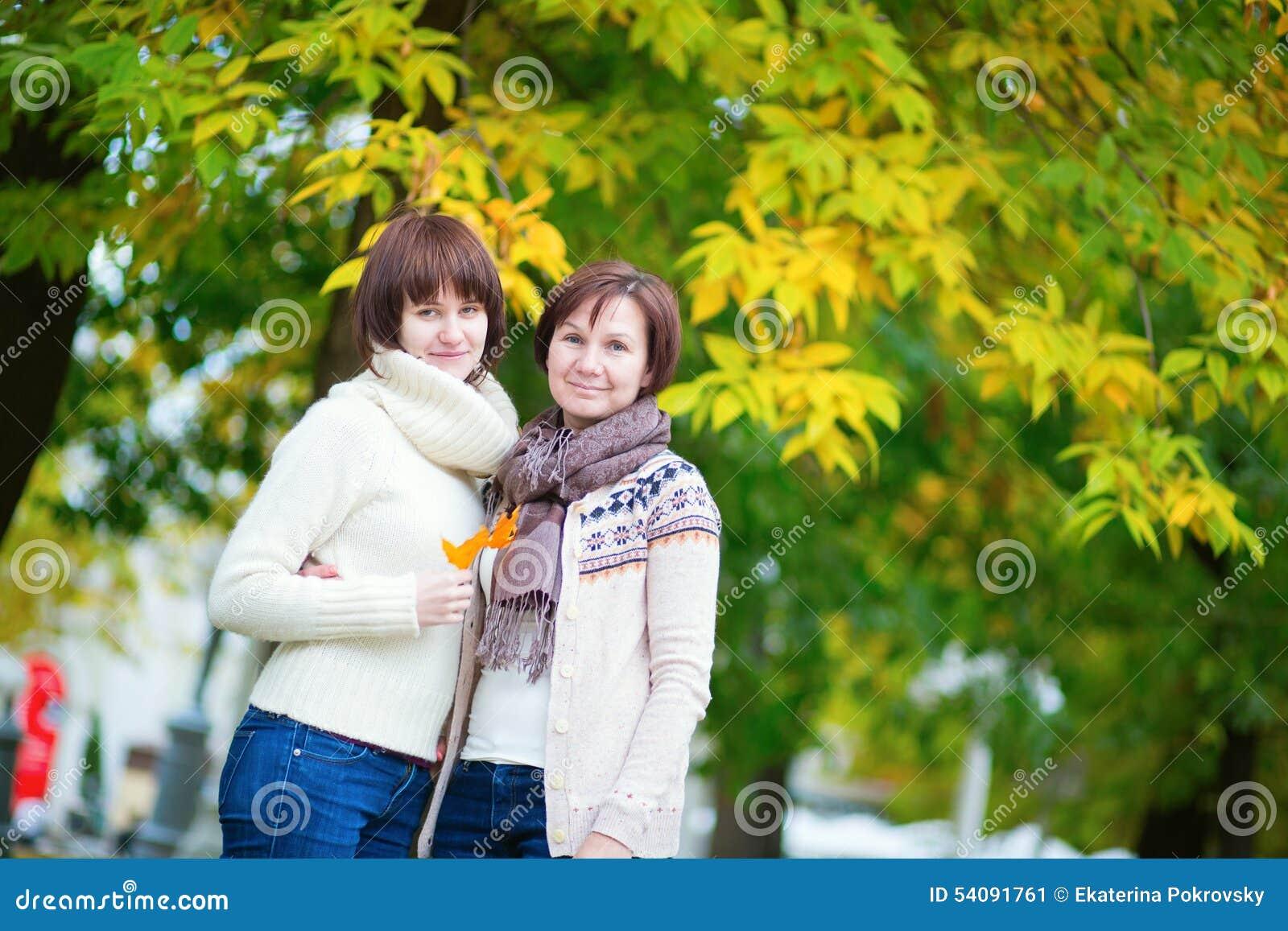 Midden oude vrouw met dochter op een dalingsdag