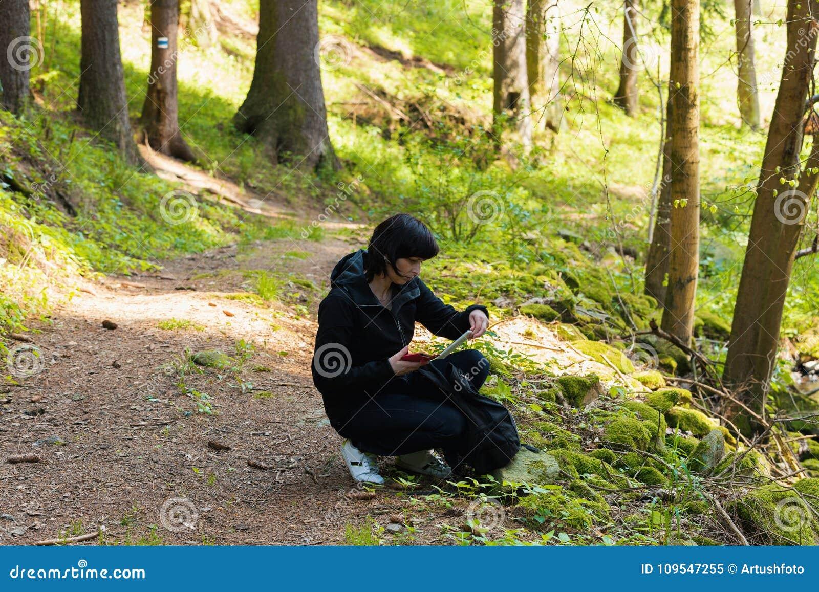 Middenleeftijdsvrouw, op wandelingsreis