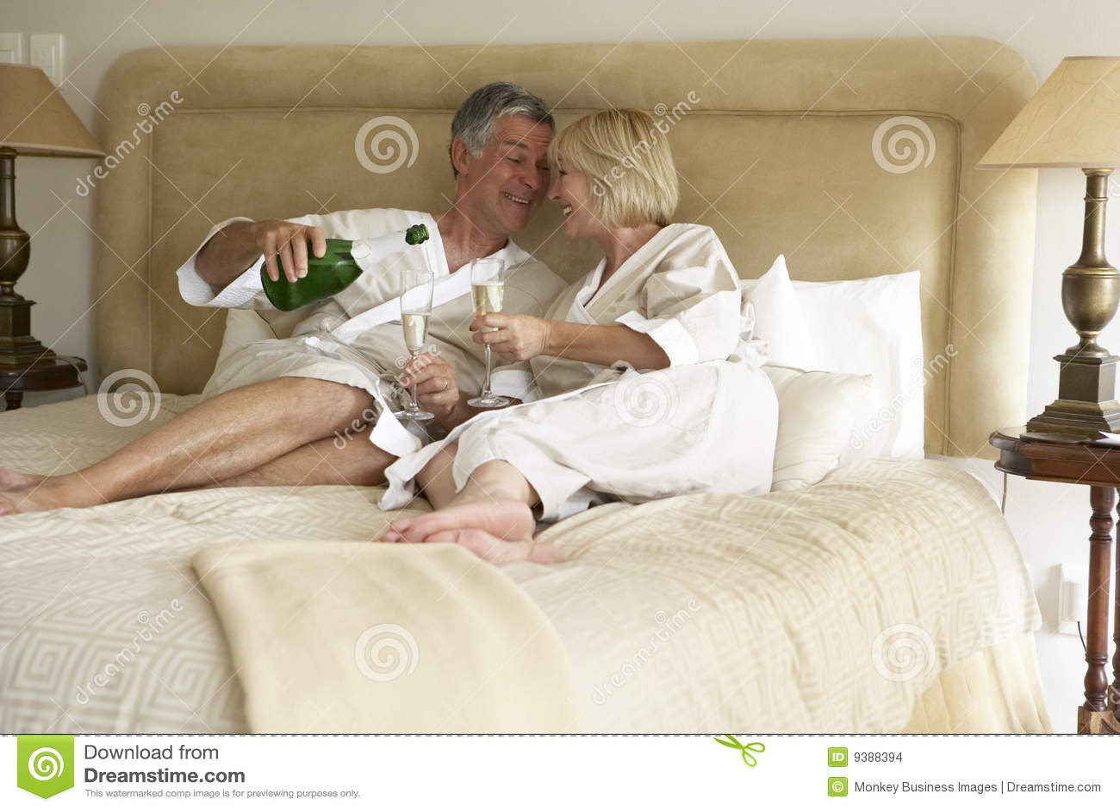 С женой в кровати 3 фотография