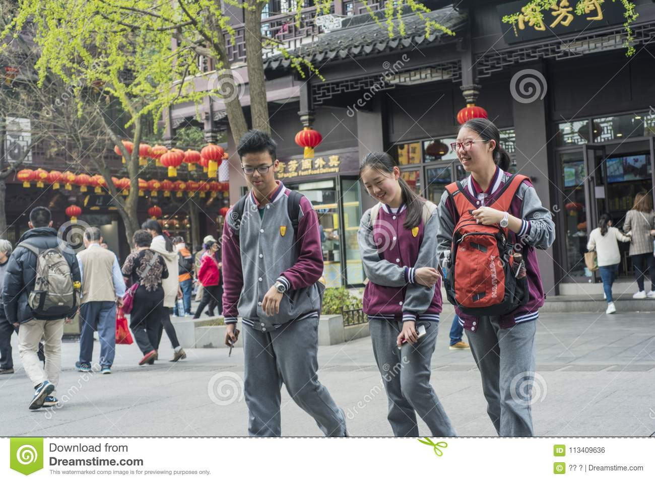 Middle school students in Confucius temple scenic spot.