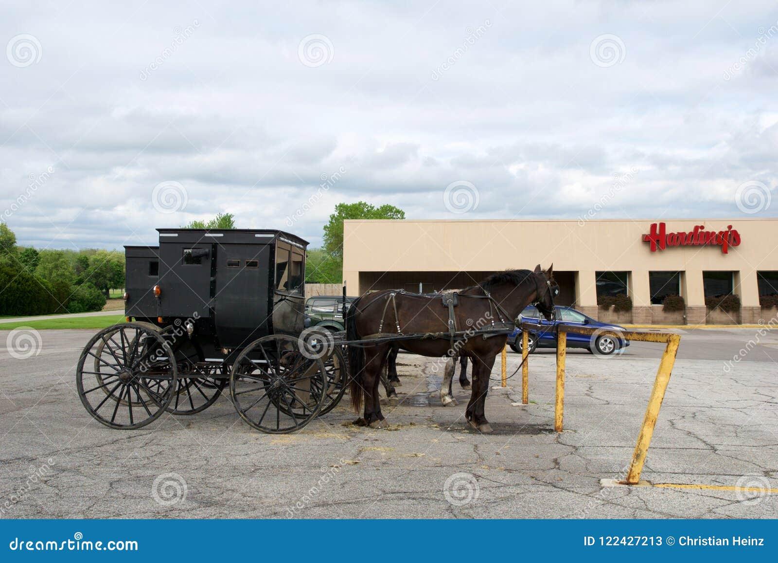 MIDDLEBURY, INDIANA, ESTADOS UNIDOS - 22 de mayo de 2018: Vista del carro de Amish a lo largo de la ciudad, sabida para la vida s