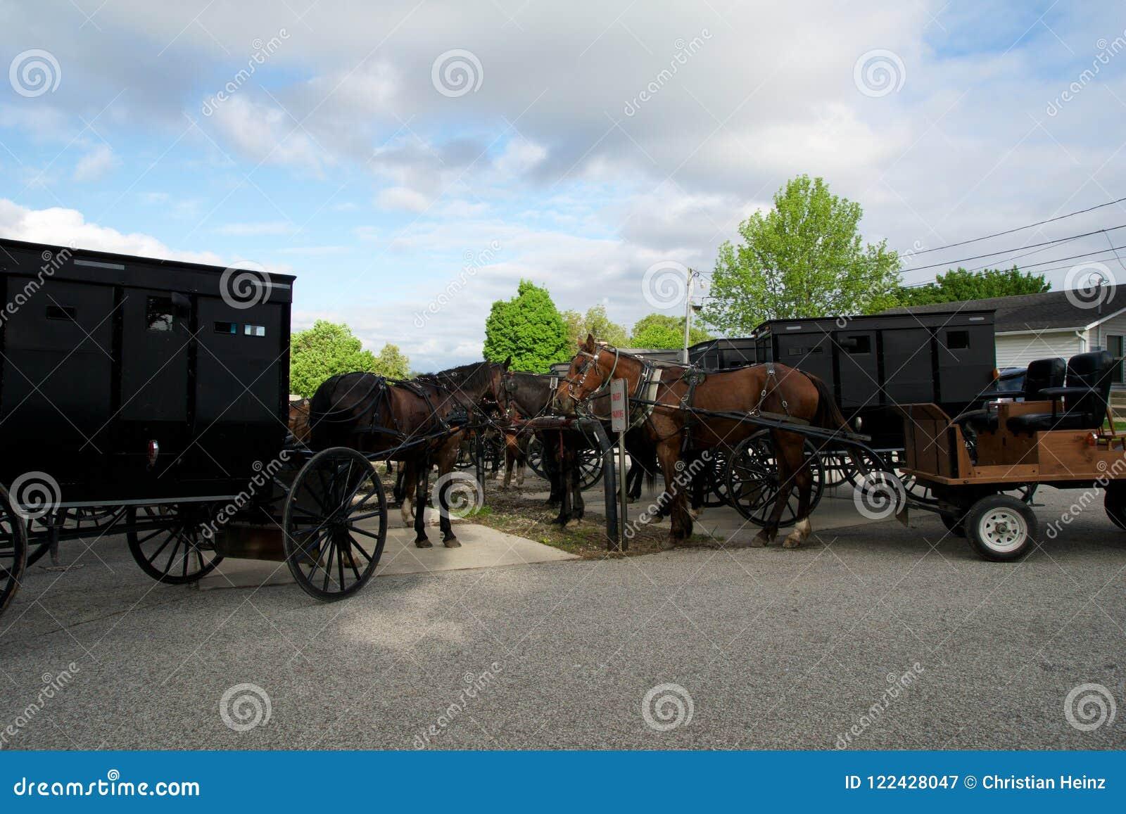 MIDDLEBURY, INDIANA, VEREINIGTE STAATEN - 22. Mai 2018: Ansicht des amischen Wagens entlang der Stadt, bekannt für einfaches Lebe