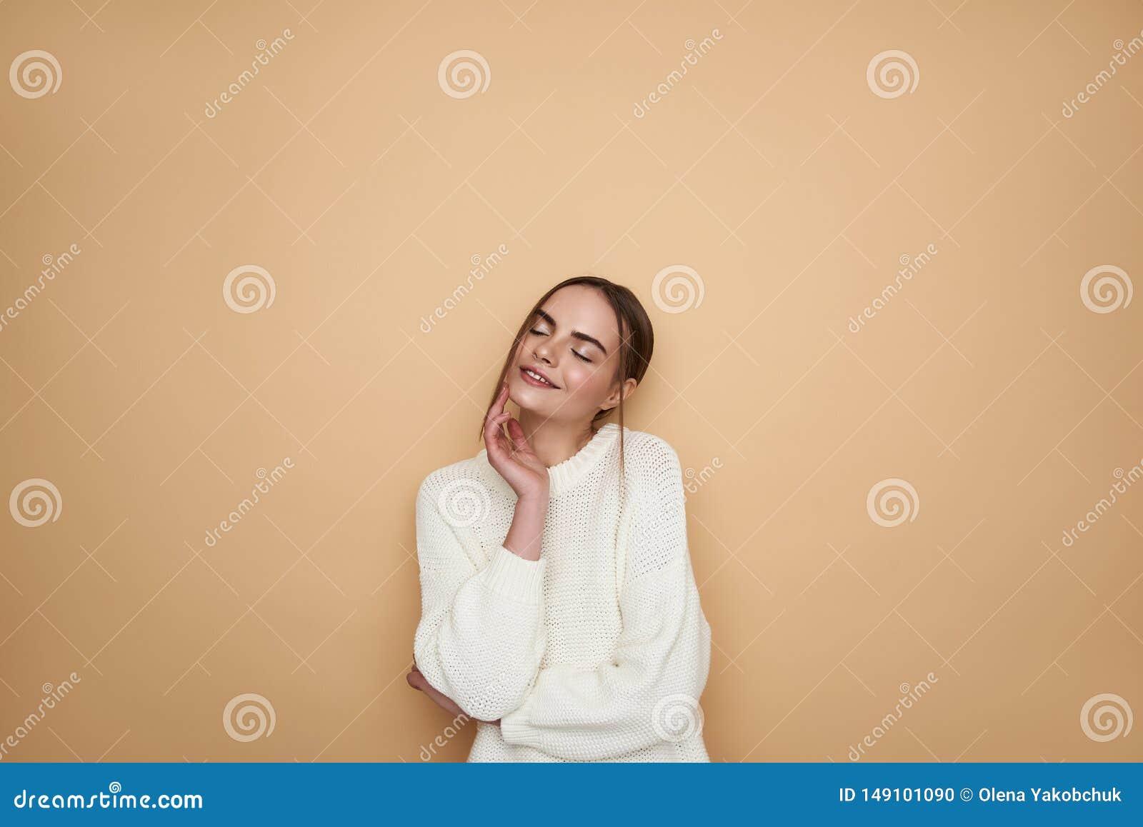 Midjan av den dr?mlika unga damen som ler med hennes ?gon, st?ngde sig upp