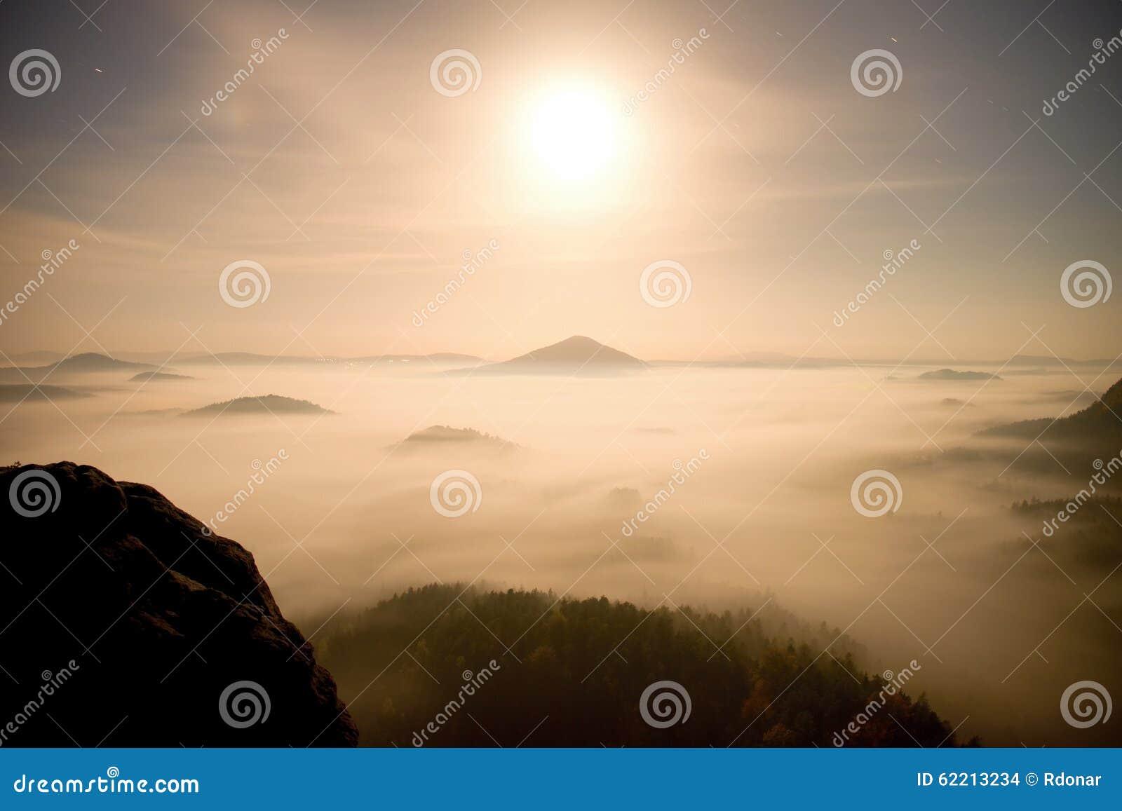 Midpoint Księżyc w pełni noc w pięknej górze Saxony Szwajcaria Górkowaci szczyty i drzewa wzrastali od ciężkiej mgły