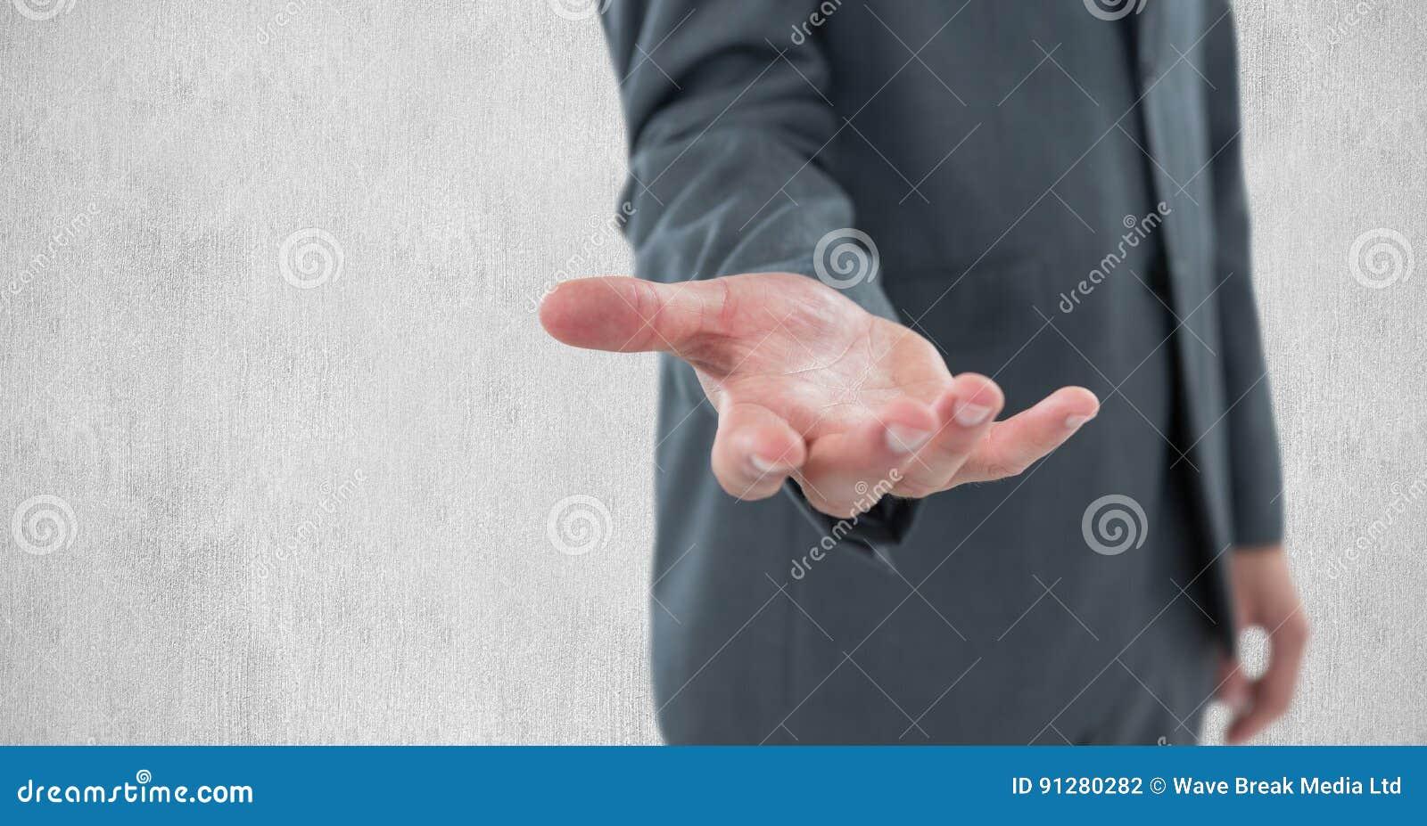 Midsection av affärsmannen som gör en gest mot väggen