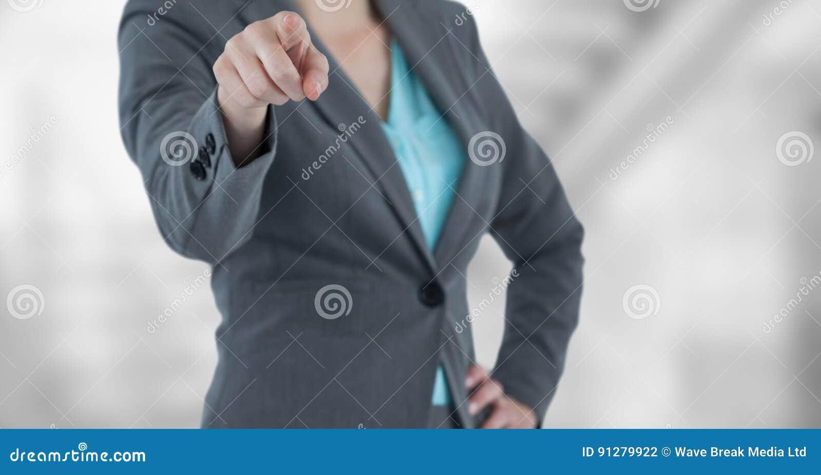 Midsection av att peka för affärskvinna