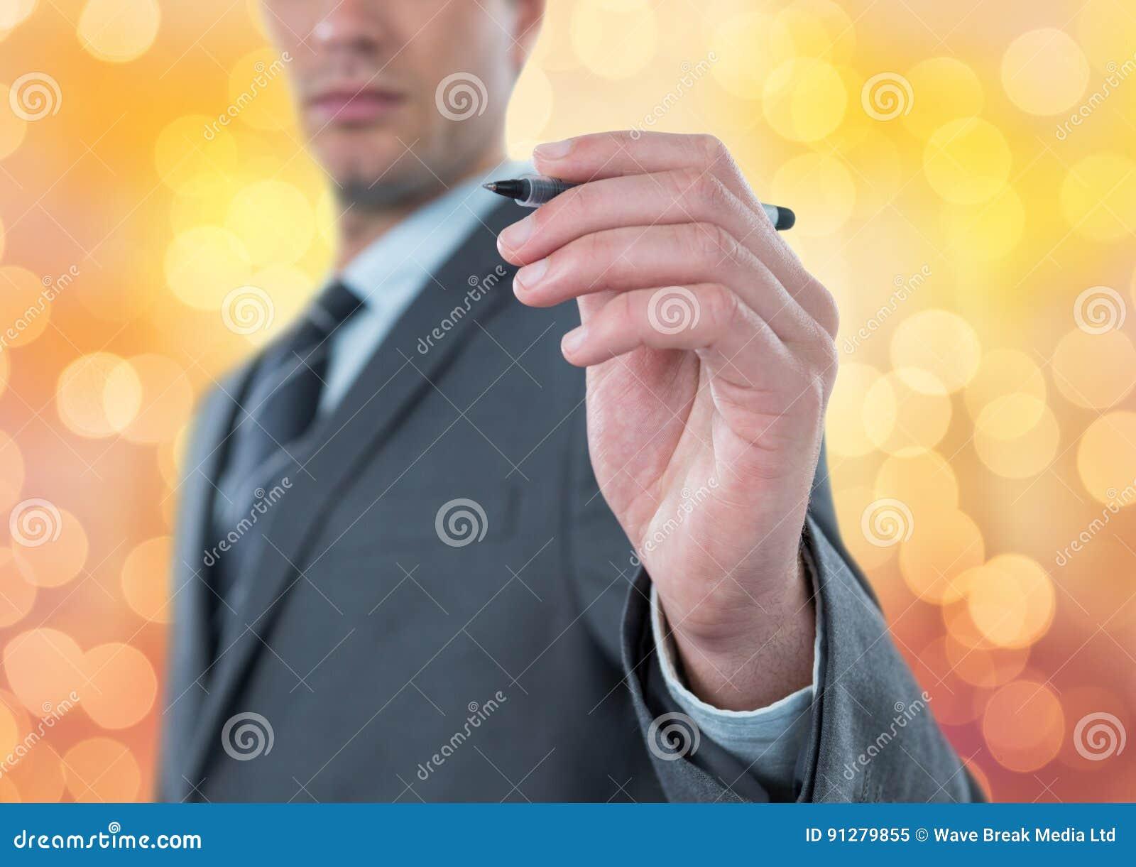 Midsection av den hållande pennan för affärsman