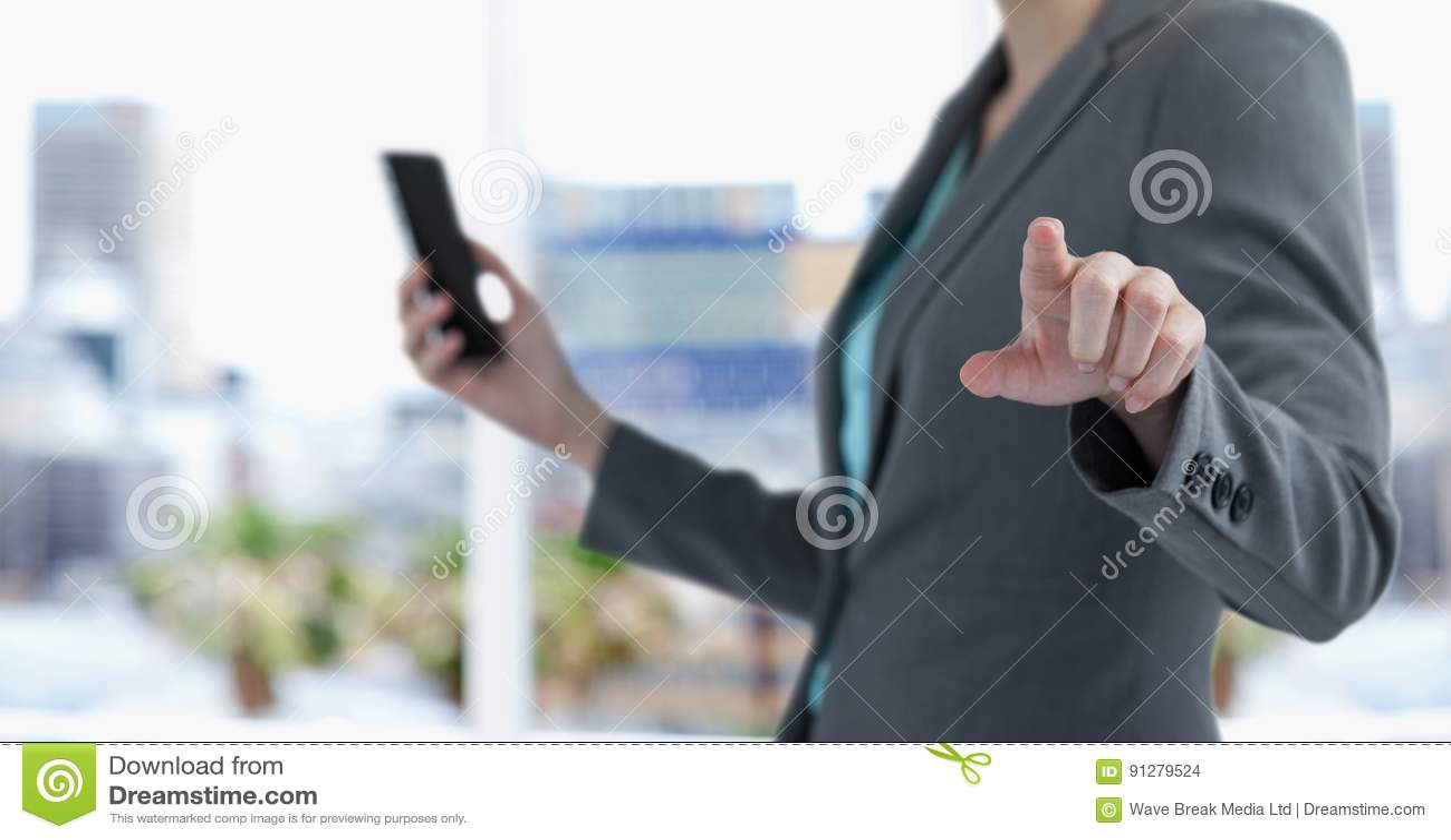 Midsection av den smarta telefonen för affärskvinnainnehav, medan peka i stad